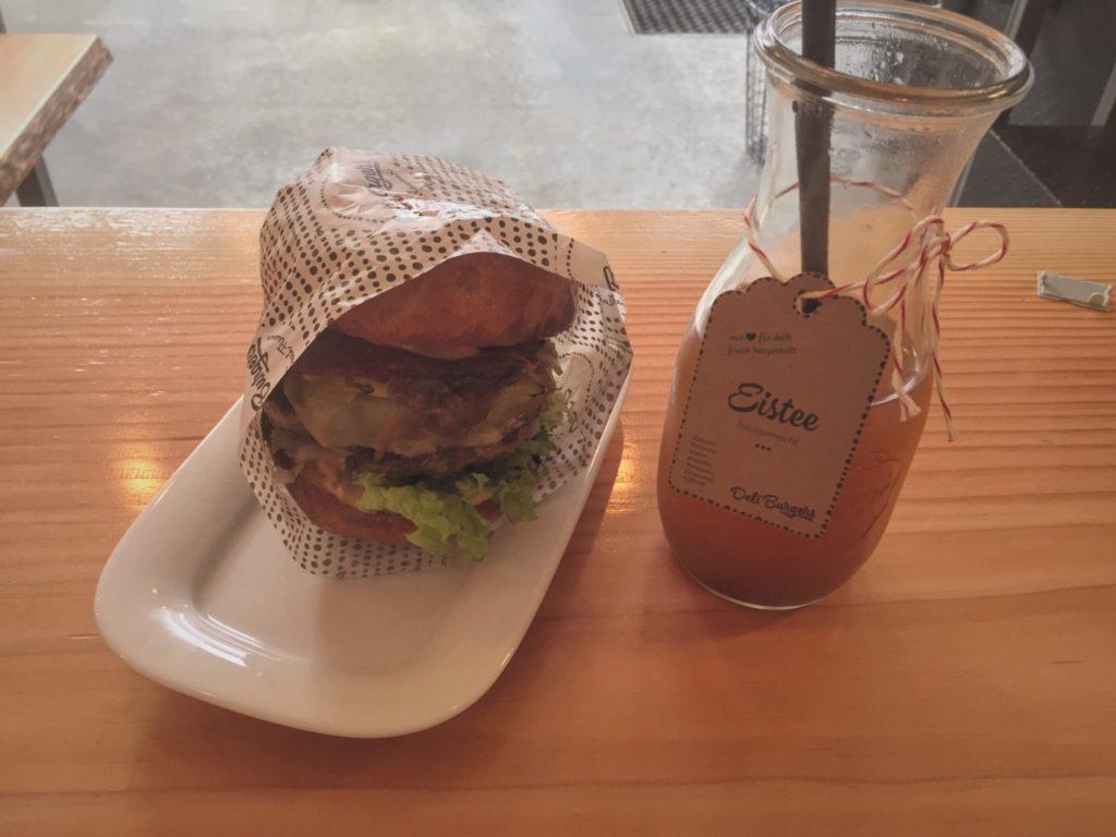 Deli Burger mit Eistee