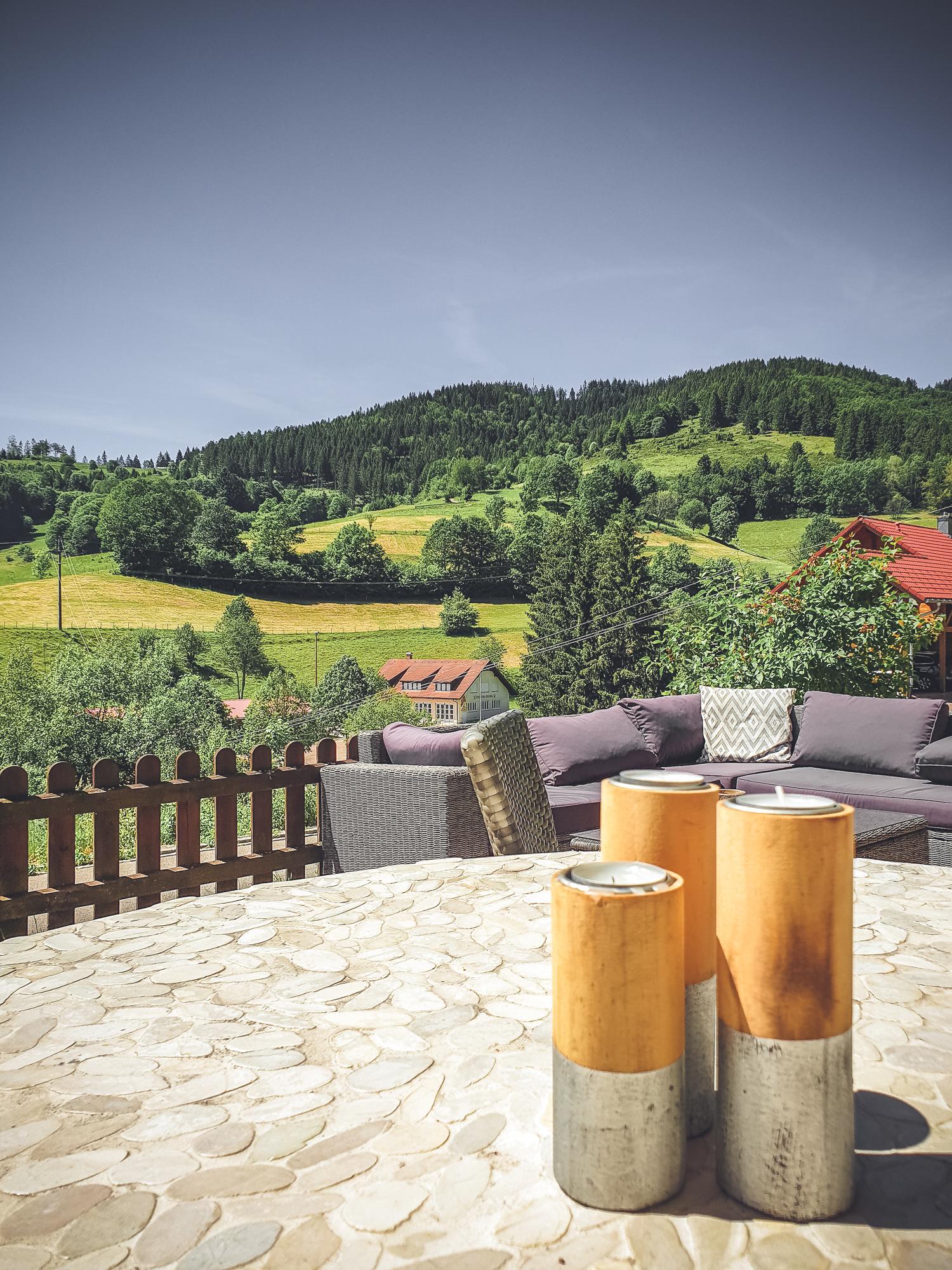 Ansicht einer Terasse mit Blick auf den Schwarzwald