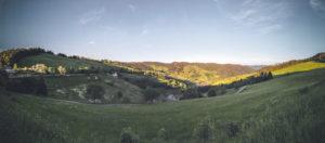 Panoramaaufnahme vom Hochschwarzwald mit Blick ins Tal in Richtung Böllen