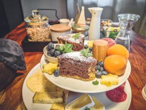Detailaufnahme von einem gedeckten Tisch mit Gebäck, Obst, Käse und Wurst