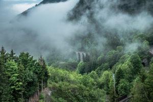 Blick auf den Ravennavidadukt im Höllental mit Wolken