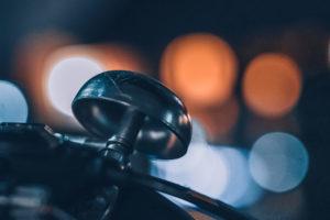 Detailaufnahme einer Klingel an einem Fahrrad in der Nacht
