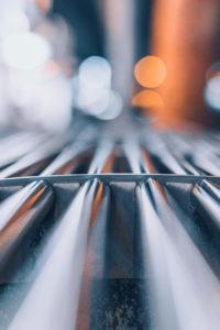 Nahaufnahme einer Sitzbank aus Metall an einer Straßenbahnhaltestelle