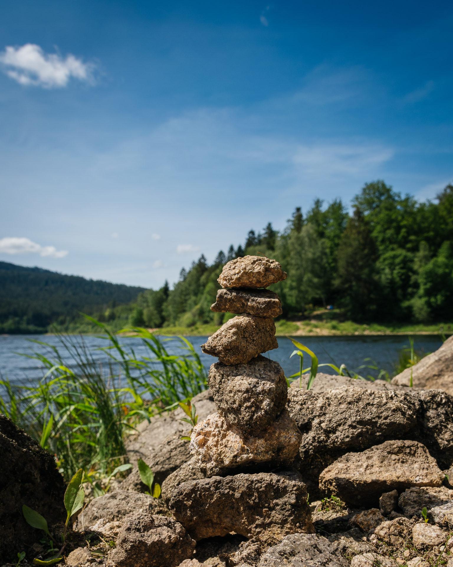 Nahaufnahme eine Steintürmchens am Ufer der Schwarzenbach Talsperre