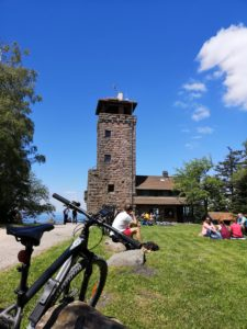 Blick auf den Aussichtsturm auf der Teufelsmühle mit eine Mountainbike im Vordergrund