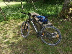 Mountainbike lehnt an einer Bank